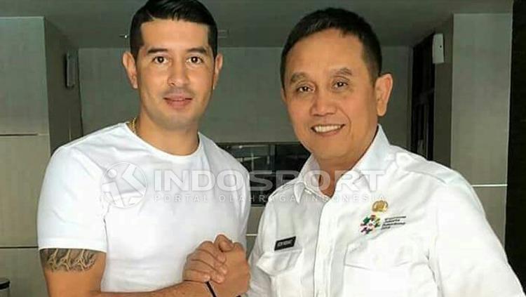 Manajer Sriwijaya FC, Ucok Hidayat (kanan) berjabat tangan dengan Esteban Vizcarra. Copyright: Muhammad Effendi/INDOSPORT