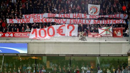 Protes fans Bayern di stadion Anderlecht - INDOSPORT