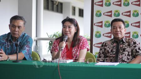 Susy Susanti saat memberikan pidato dalam jumpa pers. - INDOSPORT