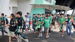 Indosport - Bonek si Stadion Gelora Bandung Lautan Api.
