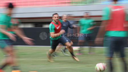 Striker Timnas Indonesia, Ilija Spasojevic (tengah) mengejar bola dalam latihan jelang melawan Guyana. - INDOSPORT