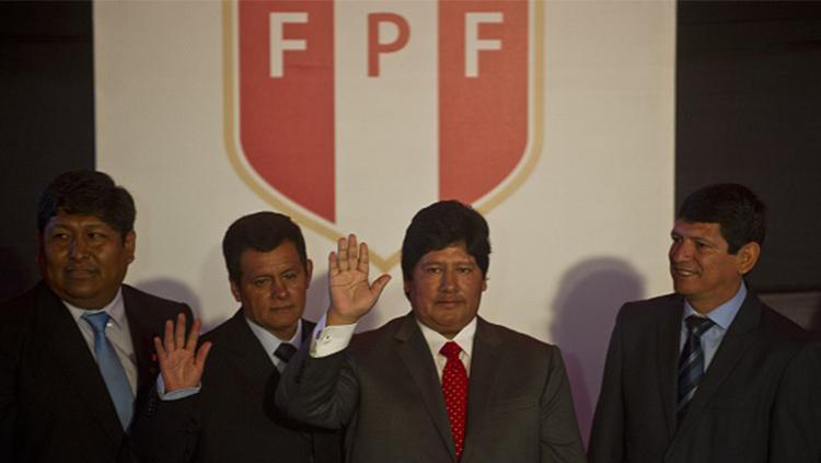 Presiden Federasi Sepakbola Peru, Edwin Oviedo Picchotito (kedua dari kanan). Copyright: INDOSPORT