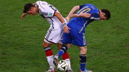 Mesut Ozil vs Lionel Messi di Piala Dunia 2014. - INDOSPORT