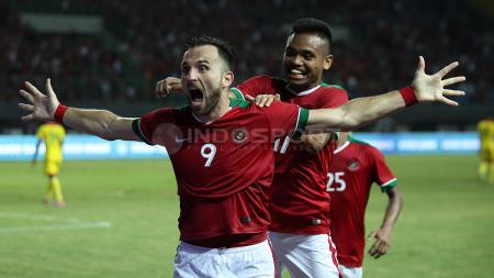 Saddil merayakan gol bersama Spaso. - INDOSPORT