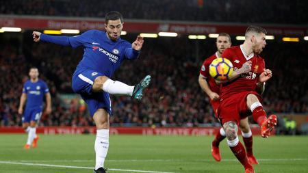 Eden Hazard menendang bola. - INDOSPORT