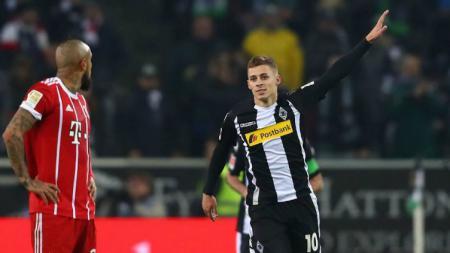 Thorgan Hazard pencetak gol Gladbach ke gawang Munchen. - INDOSPORT