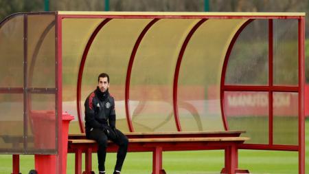 Henrikh Mkhitaryan duduk di bangku cadangan, dalam sesi latihan. - INDOSPORT