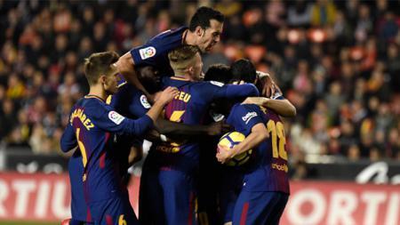 Para pemain Barcelona berselebrasi usai mencetak gol. - INDOSPORT