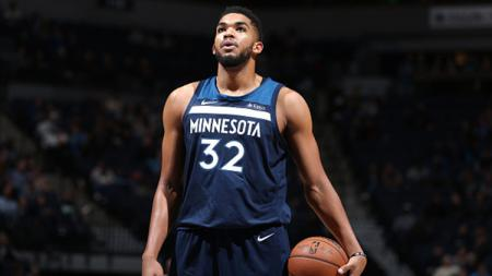 Karl-Anthony Towns terlibat pertengkaran dengan Joel Embiid di laga NBA Philadelphia 76ers vs Minnesota Timberwolves. - INDOSPORT