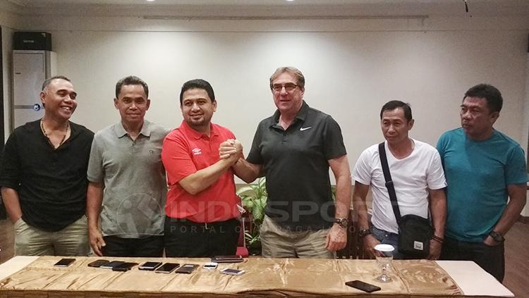 Robert rene alberts berjabat tangan dengan CEO PSM Makassar, Munafri Arifuddin usai menandatangi kontral baru. Copyright: Muhammad Nur Basri/INDOSPORT