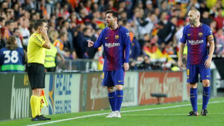 Lionel Messi melakukan protes kepada wasit garis. - INDOSPORT