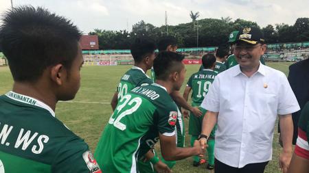 Wali Kota Medan, Dzulmi Eldin saat menemui para pemain PSMS Medan di atas lapangan. - INDOSPORT