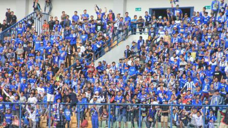 Suporter PSIS Semarang tampak memenuhi stadion GBLA. - INDOSPORT