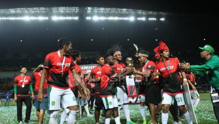 Skuat Persebaya Surabaya merayakan kemenenangan di final Liga 2 2017.