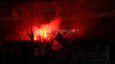 Flare mulai menyala ketika Persebaya Surabaya memastikan diri menjadi juara Liga 2 2017.