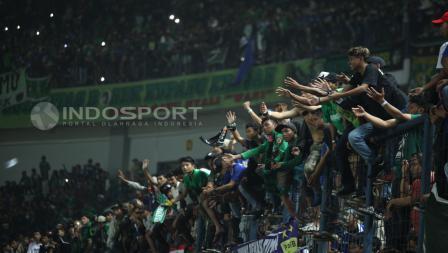 Dukungan penuh Bonek di dalam stadion menjadi penambah semangat skuat Persebaya untuk meraih hasil apik dalam final Liga 2.