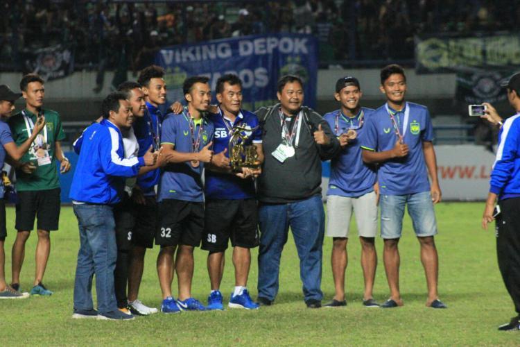 Pelatih PSIS, Subangkit, merayakan kembalinya Mahesa Jenar ke kasta tertinggi sepakbola nasional. Copyright: Indosport/Arif Rahman
