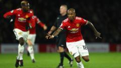 Indosport - Ashley Young melakukan selebrasi usai mencetak gol.