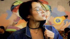 Indosport - Aktris kondang, Julie Estelle mengunggah potret pelukan mesra dengan sang kekasih, pembalap motorsport bernama, David Tjiptobiantoro.