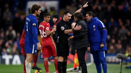 Antonio Conte berdebat dengan wasit. - INDOSPORT