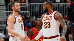 Indosport - Kevin Love (kiri) dan LeBron James cetak double-double untuk Cleveland Cavaliers saat kalahkan Atlanta Hawks.
