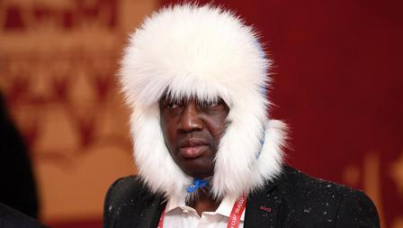 Toyin Ibitoye, jurnalis asal Nigeria dengan penutup kepala nyentrik di drawing Piala Dunia 2018.
