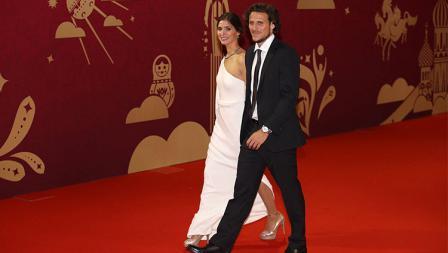 Diego Forlan dan sang istri saat memasuki tempat drawing Piala Dunia 2018.