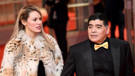 Diego Maradona ditemani sang kekasih, Rocio Oliva yang gunakan jaket dari kulit harimau.