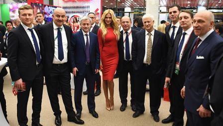 Mantan Miss Rusia, Viktoria Lopyrev berbalutkan dress merah ketat yang menarik perhatian kaum Adam.