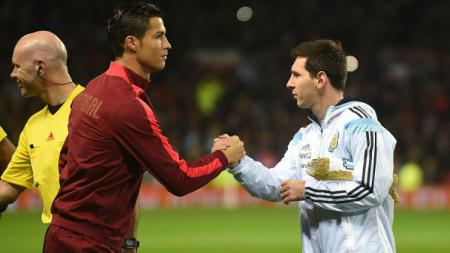 Cristiano Ronaldo (kiri) bersalaman dengan Lionel Messi (kanan) saat Portugal menjalani laga uji coba internasional lawan Argentina. - INDOSPORT