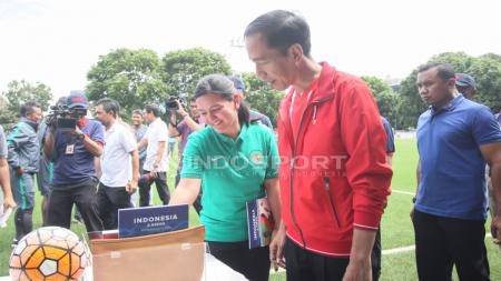 Presiden Joko Widodo bersama Ratu Tisha saat meresmikan Lapangan ABC Senayan. - INDOSPORT