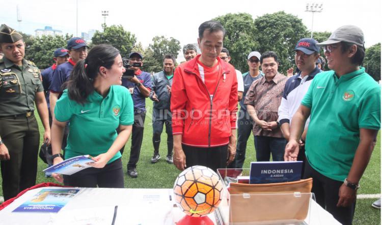 Presiden Joko Widodo juga mendapatkan jaket Timnas Indonesia dari PSSI. Copyright: Herry Ibrahim/INDOSPORT