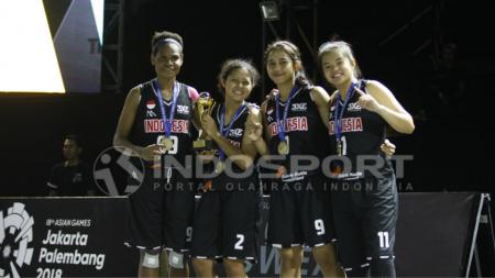 Tim Putri Indonesia meraih medali emas. - INDOSPORT