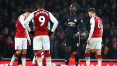 Indosport - Skuat Arsenal tampak tertunduk lesu, dengan Paul Pogba berada di tengahnya.