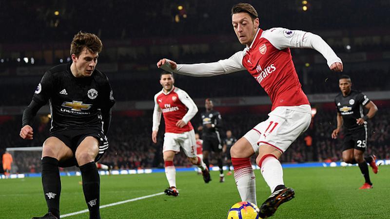 Mesut Ozil saat berhadapan dengan Victor Lindelof. Copyright: INDOSPORT