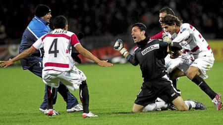 Selebrasi Andres Palop usai mencetak gol di menit akhir. - INDOSPORT