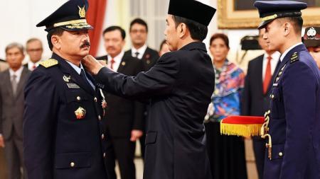 Jokowi saat melantik Marsekal Hadi Tjahjanto sebagai KSAU. - INDOSPORT