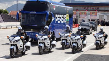 Bus Persib saat digunakan Presiden Joko Widodo untuk meresmikan Tol Soroja. - INDOSPORT