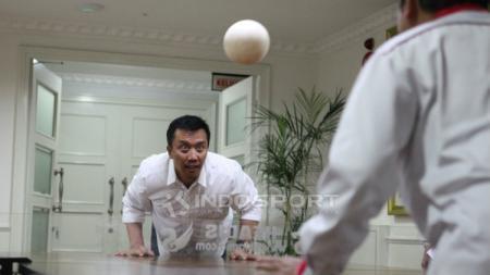 Imam Nahrawi bermain headis - INDOSPORT