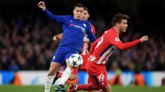 Indosport - Eden Hazard dikawal ketat pemain Atletico Madrid.