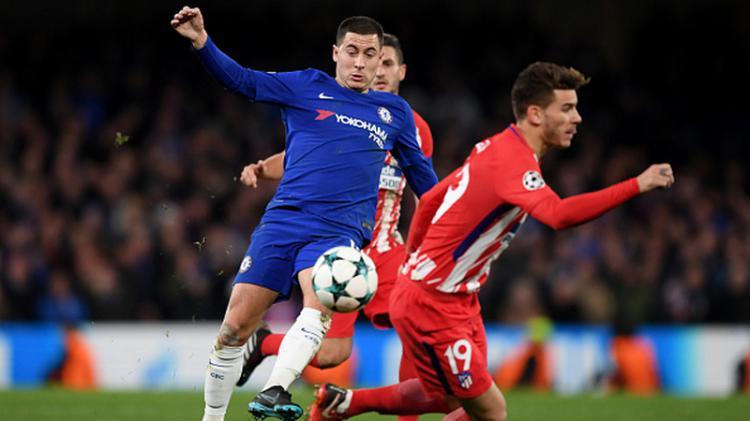 Eden Hazard dikawal ketat pemain Atletico Madrid. Copyright: INDOSPORT