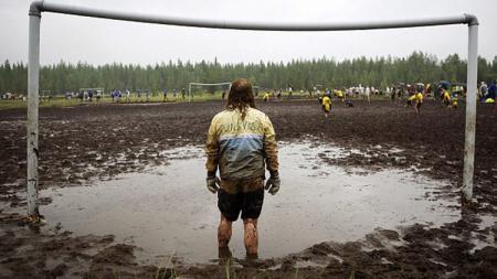Sepakbola lapangan lumpur dimainkan di Finlandia. - INDOSPORT
