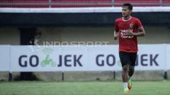 Indosport - Yandi Sofyan saat sesi latihan Bali United.