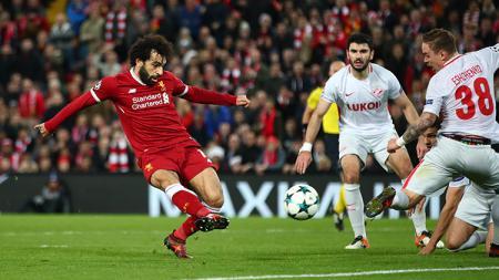 Beberapa pemain Spartak Moskow tidak bisa menghalau tendangan Mohammed Salah. - INDOSPORT