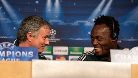 Michael Essien dan Jose Mourinho berdiskusi dalam jumpa pers. - INDOSPORT