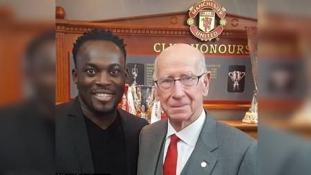 Sir Bobby Charlton dan Michael Essien. - INDOSPORT