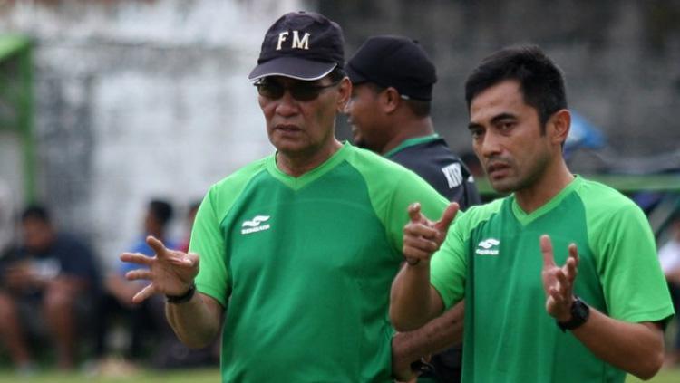 Pelatih PSS Sleman Freddy Mulli (kiri) bersama asisten Seto Nurdiyantoro. Copyright: Topskor/Sri Nugroho