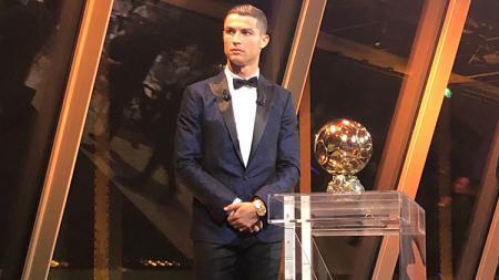 Cristiano Ronaldo meraih Ballon d'Or kelimanya. - INDOSPORT
