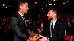 Indosport - Mantan striker Arsenal dan Manchester United, Robin Van Persie, tidak menempatkan Lionel Messi dan Cristiano Ronaldo sebagai unggulan untuk memenangkan Ballon d'Or 2020.