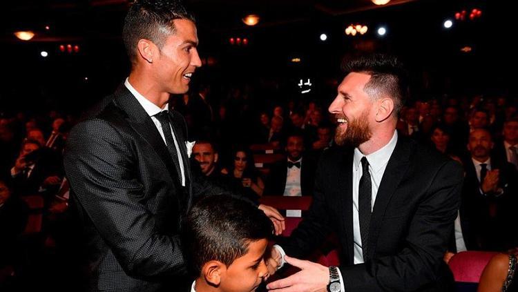 Cristiano Ronaldo saat berjabat tangan dengan Lionel Messi di panggung penghargaan Ballon d Or 2017. Copyright: dailymail.co.uk